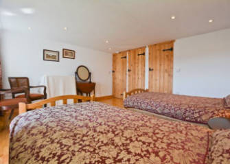 Curlew Cottage self catering holiday cottage twin bedded room en suite bath,  handbasin and w.c..